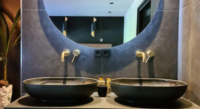 Grote ronde spiegel in luxe badkamer